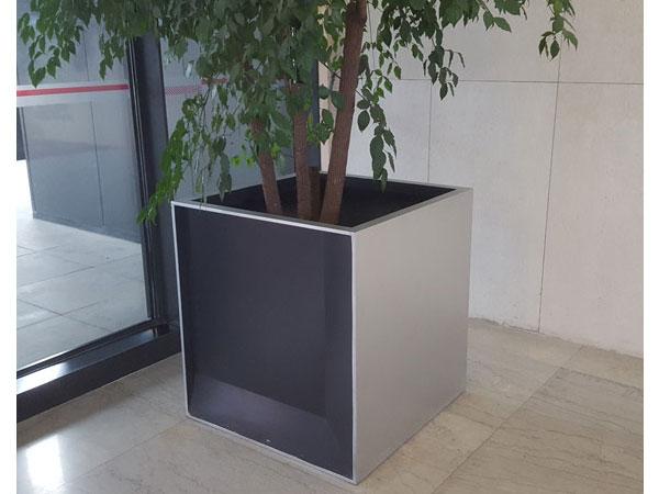 FB33 - garden planters and pots